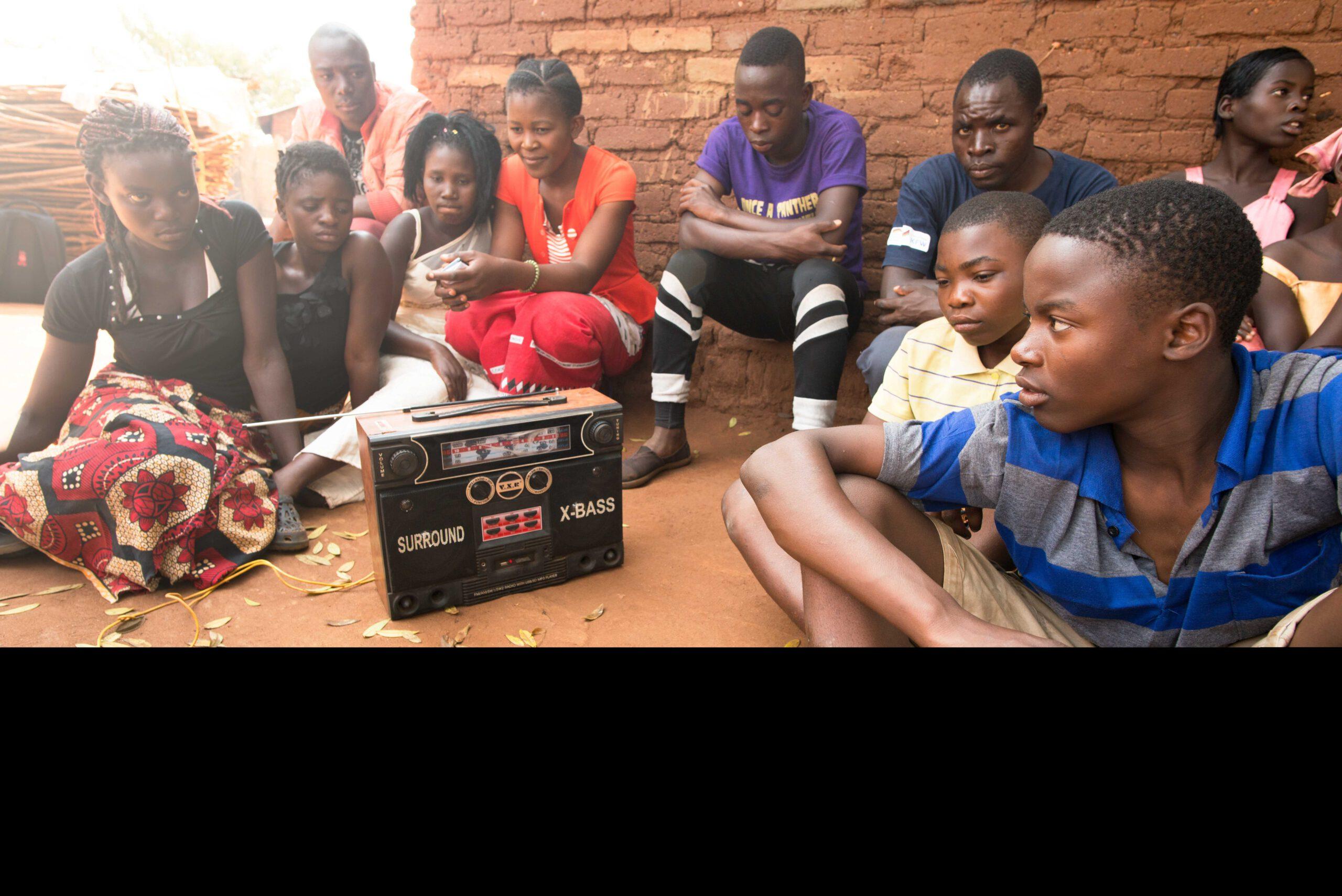 GNO0498_Corona-Hilfe Radiogeräte_Plan International_Bild stammt aus einem ähnlichen Plan-Projekt in Malawi_Bild1
