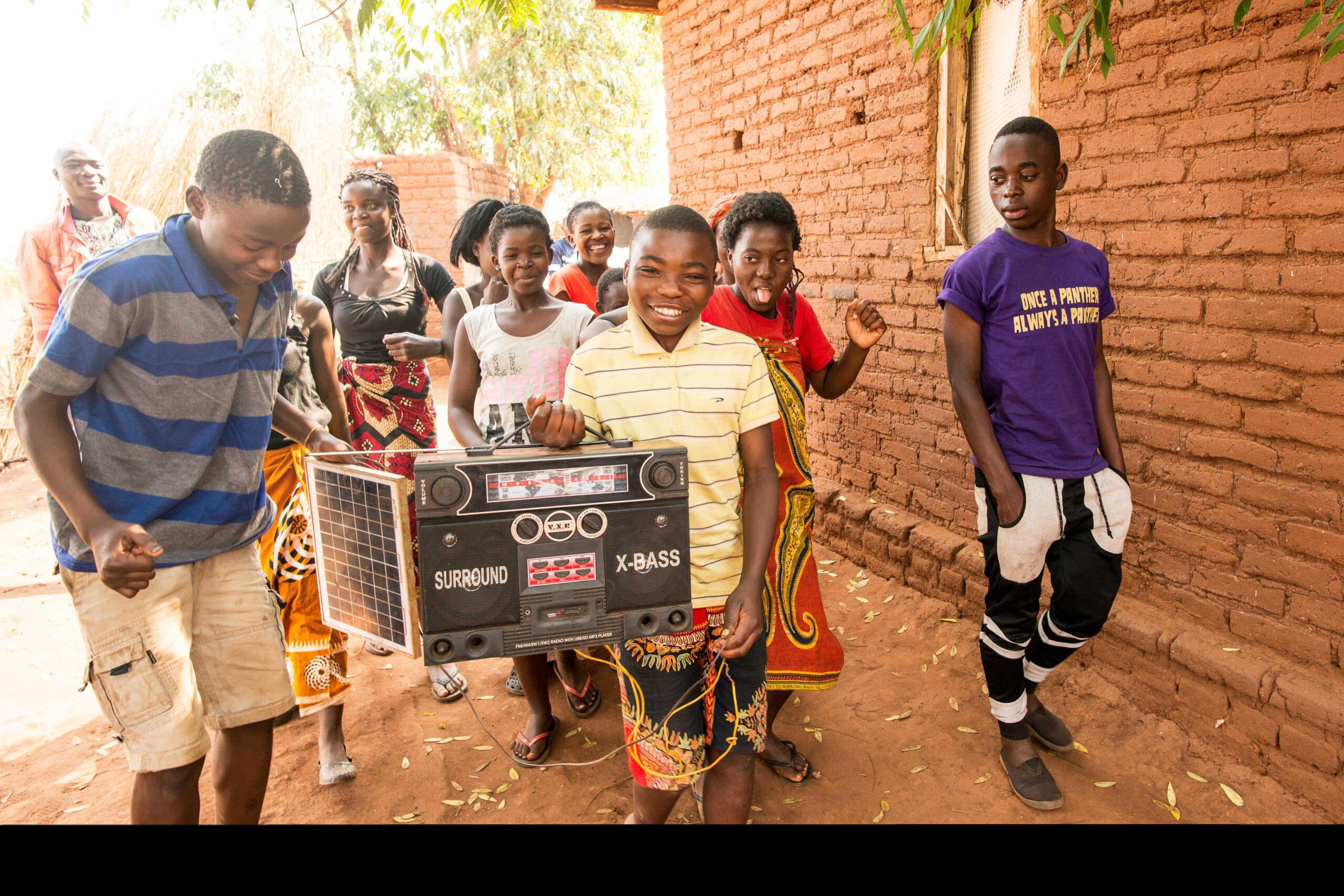 GNO0498_Corona-Hilfe Radiogeräte_Plan International_Bild stammt aus einem ähnlichen Plan-Projekt in Malawi_Bild2